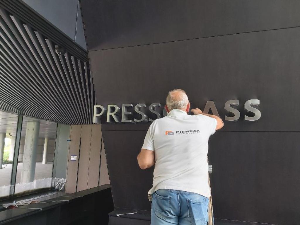 press-glass-konopiska-biurowiec-żelbety-usługi-budowlane-obiekty-kubaturowepierzak-budownicywo